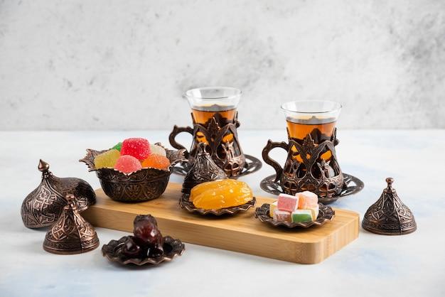 Turkse theeservies. kleurrijke marmelade en geurige thee