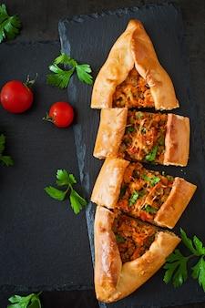 Turkse traditionele gerechten met rundvlees en groenten