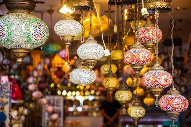 Turkse veelkleurige lampen in de bazaar in antalya, turkije