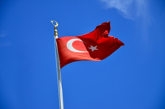 Turkse vlag die in blauwe hemel, istanboel, turkije golft
