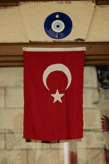 Turkse vlag die in een huis hangt