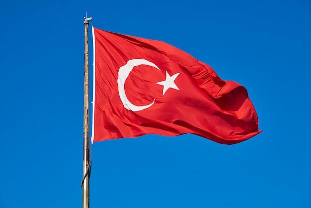 Turkse vlag en blauwe hemel