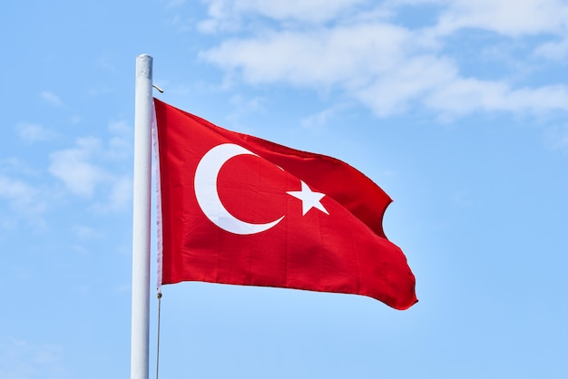 Turkse vlag en hemelachtergrond