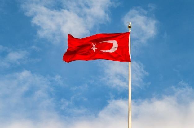 Turkse vlag is een rode vlag met een witte ster en een halve maan. de vlag wordt vaak al bayrak (de rode vlag) genoemd