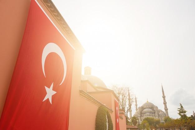 Turkse vlag met de blauwe moskee in istanboel