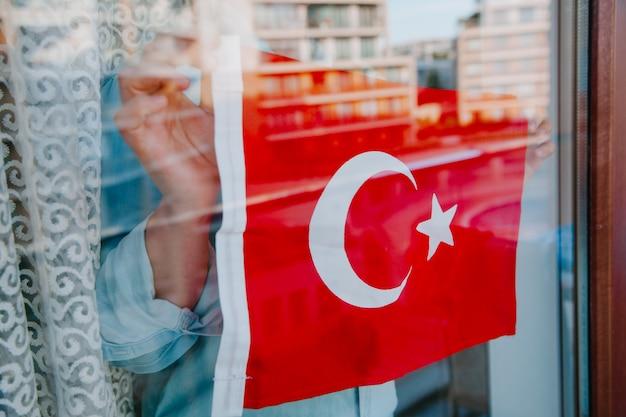 Turkse vlag op het raam turks patriottisme concept turks symbolen concept