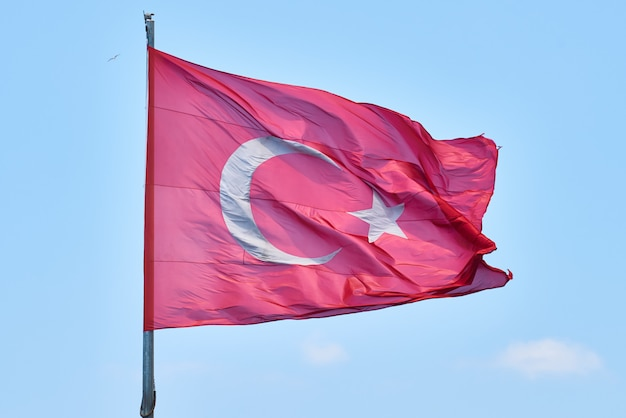 Turkse vlag zwaaien in de lucht