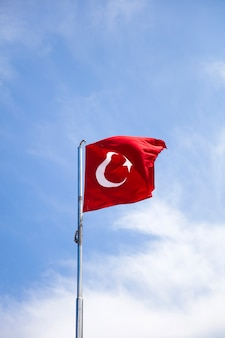 Turkse vlag zwaaien in de wind op blauwe hemel