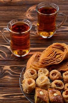 Turkse zoete baklava op plaat met turkse thee.