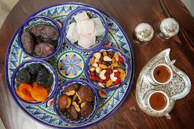 Turkse zoetigheden en koffie op tafel