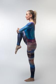 Turner in een veelkleurige panty tijdens het strekken