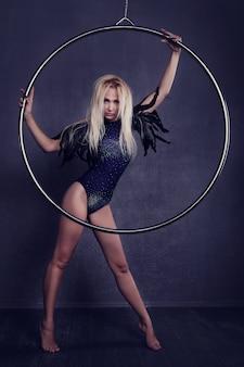 Turner op een ring in circus onder een koepel