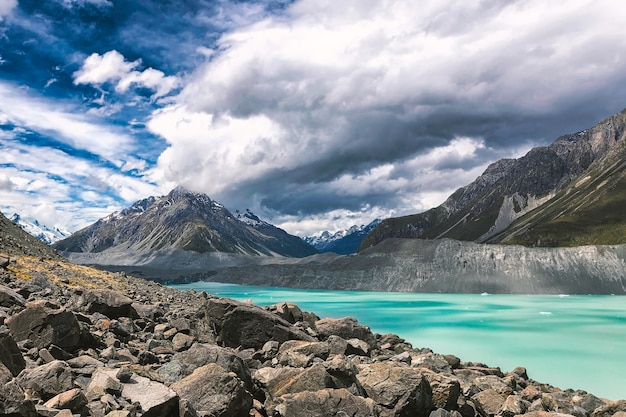 Turqouise tasman glacier lake en rocky mountains van het mount cook national park, nieuw-zeeland