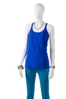 Turquoise broek en blauwe top. vrouwelijke etalagepop in turquoise broek. vrolijke lente outfit voor meisjes. gloednieuwe kleding tentoongesteld.