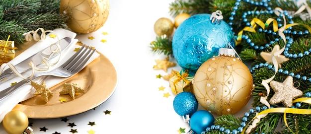 Turquoise en gouden kerst ornamenten geïsoleerd