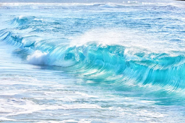 Turquoise golven op sandy beach, hawaii