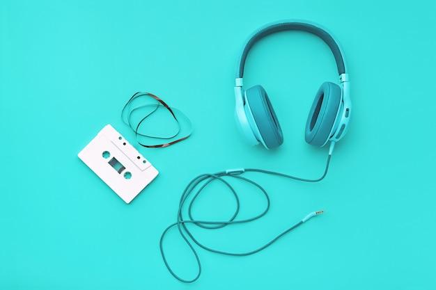 Turquoise hoofdtelefoon met audiocassetteband