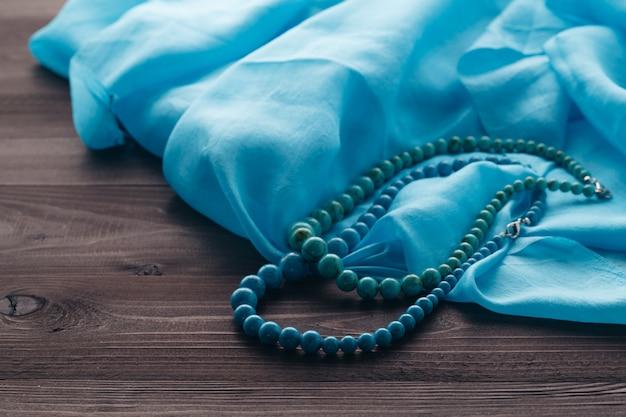 Turquoise kralen op de omslagdoek