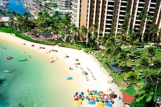 Turquoise water raakt aan de gouden stranden waar mensen rusten