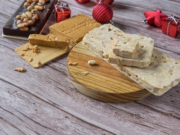 Turron, traditioneel kerstdessert in spanje en italië. amandelnougat, typisch gemaakt van amandel en honing. kopieer ruimte