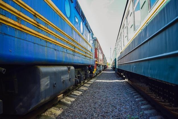 Tussen auto's van vintage treinen, tussen twee oude treinen