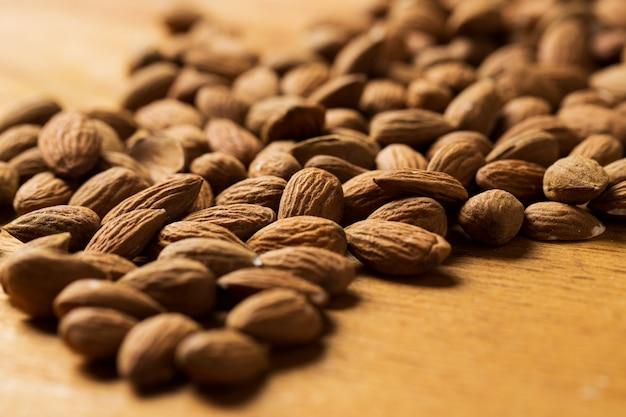 Tussendoortje. hoop noten op de tafel