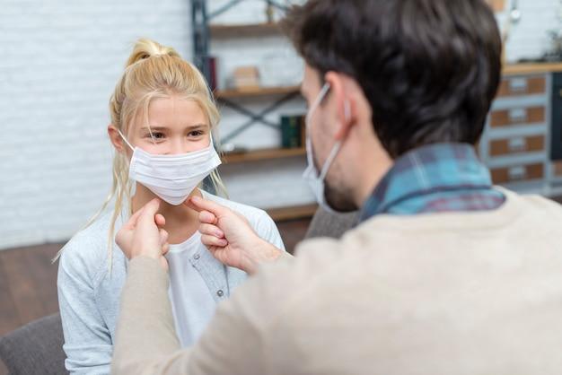 Tutor die het meisje leert hoe het masker te gebruiken