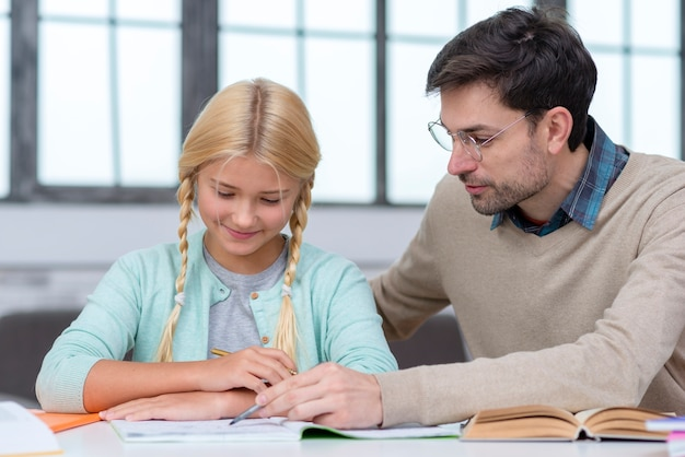 Tutor leert de jonge student