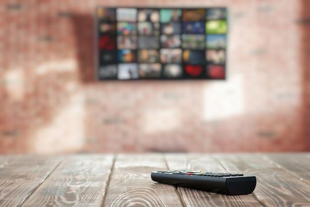 Tv-afstandsbediening op de tafel close-up