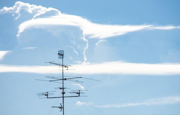 Tv-antenne en de lucht in thailand.