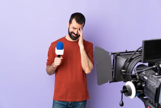 Tv-journalist of verslaggever met microfoon en videocamera