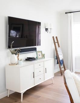 Tv op een kast in de woonkamer