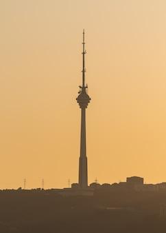 Tv-toren in de stad bakoe bij zonsondergang
