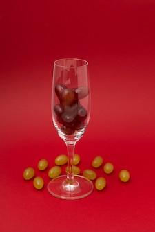 Twaalf druiven in glas voor mousserende wijn cava traditie om twaalf 12 bessen te eten voor geluk