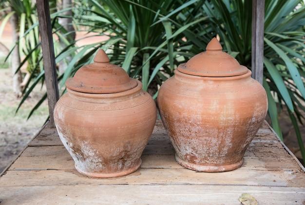 Twee aardewerk op hout