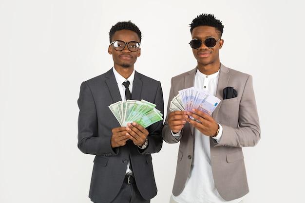 Twee afrikaanse mannen in pakken met eurogeld