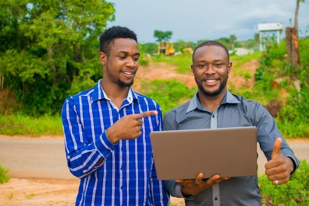 Twee afrikaanse zakenlieden waren verbaasd over wat ze op hun laptop zagen