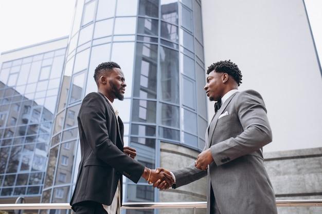Twee afrikaanse zakenman vergadering samen