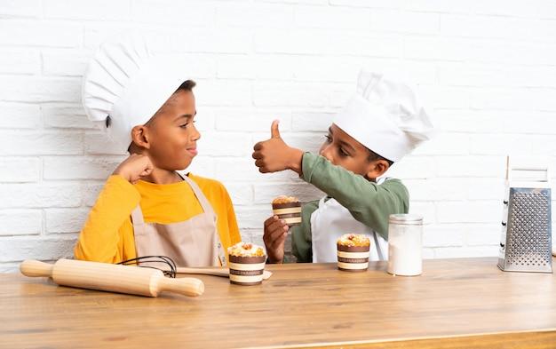 Twee afro-amerikaanse broers kinderen verkleed als chef