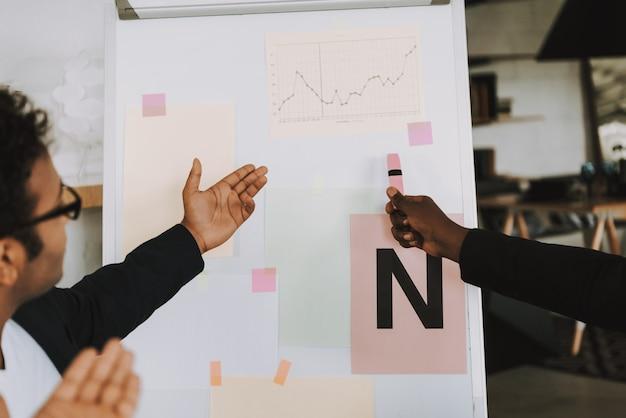 Twee afro-amerikaanse zakenlieden werken op kantoor
