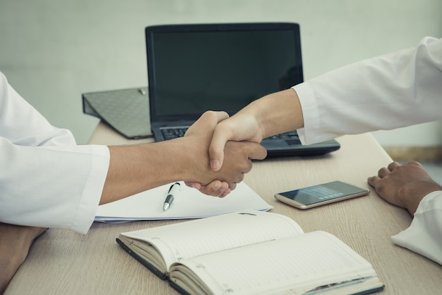 Twee arabische zakenman handen schudden overeenkomst sluiten zich aan zaken samen