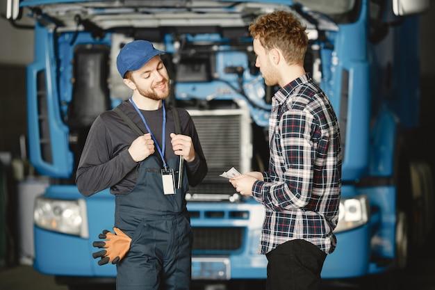 Twee arbeiders in uniform. werknemers met tools. werkdag.