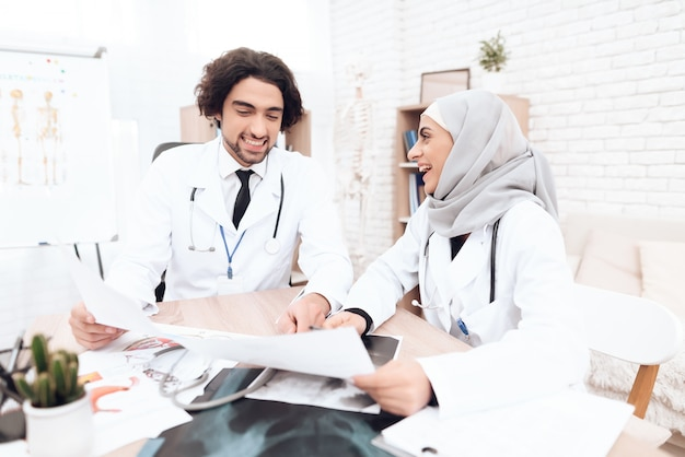 Twee artsen bestuderen de documenten van de patiënt.