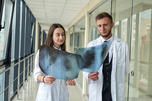 Twee artsen die longen x-ray beelden van patiënt onderzoeken voor diagnose