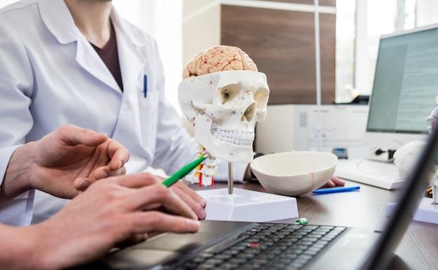Twee artsen die medische raad in het ziekenhuis hebben. medische problemen bespreken vóór hersenchirurgie