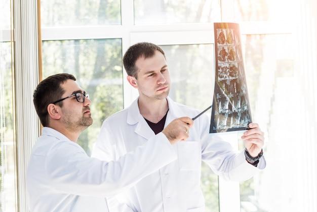 Twee artsen die medische raad in het ziekenhuis hebben. medische problemen bespreken.