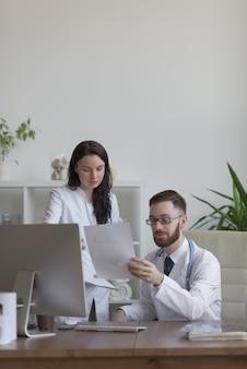 Twee artsen die testresultaten bespreken
