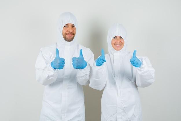 Twee artsen dubbele duimen opdagen in beschermende pakken