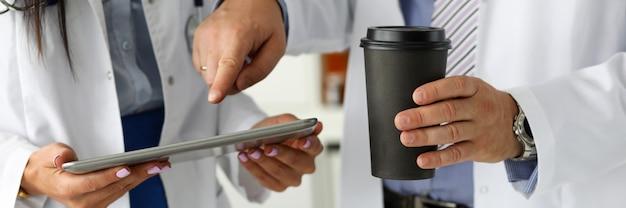 Twee artsen kijken naar tablet