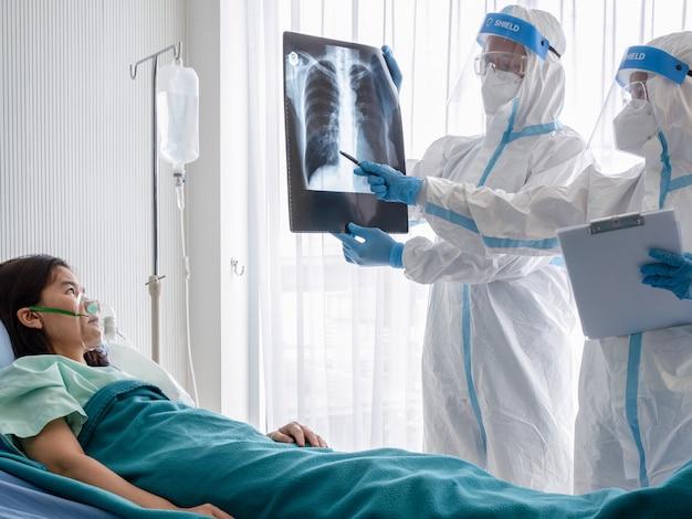 Twee artsen onderzoeken de röntgenfilm van de longborst